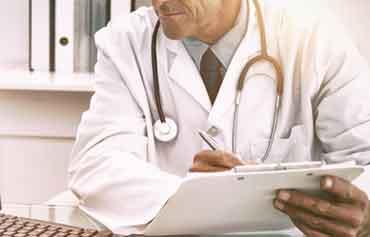 Arzt und Krankenakte